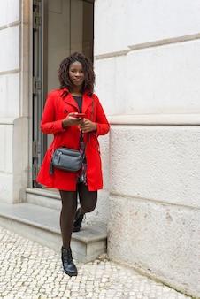 Zadowolona kobieta z smartphone patrzeć
