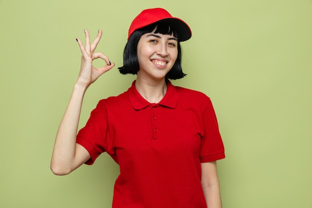 Zadowolona młoda kaukaska dziewczyna dostarczająca gestykulacji ok znak
