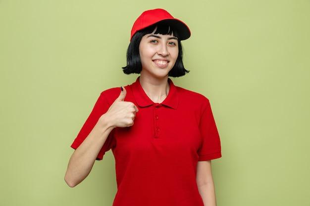 Zadowolona młoda kaukaska dziewczyna dostarczająca kciuki w górę