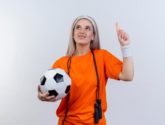 Zadowolona młoda kaukaski dziewczyna sportowa z szelkami i skakanką na szyi
