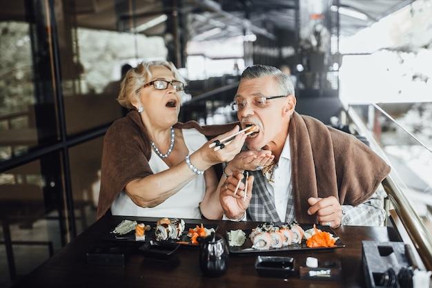 Zadowolona para seniorów mężczyzna i kobieta siedzi na letnim tarasie