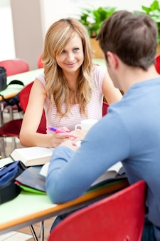 Zadowolona para studentów pracujących razem
