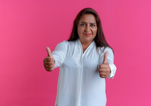 Zadowolona przypadkowa kaukaska kobieta w średnim wieku, jej kciuki do góry
