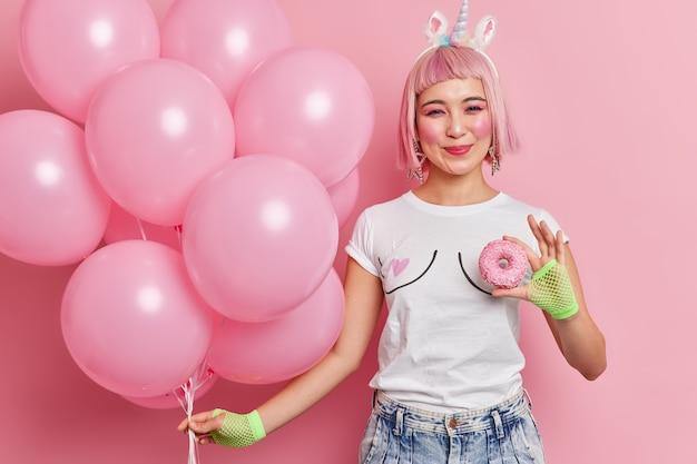 Zadowolona różowowłosa dziewczyna