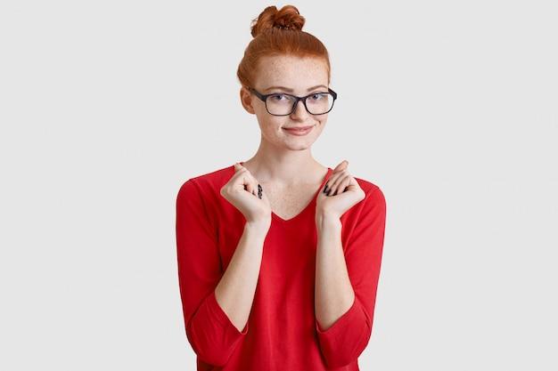 Zadowolona rudowłosa kobieta z węzłem włosów