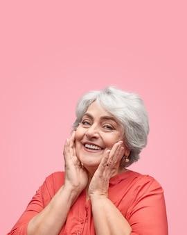 Zadowolona starsza pani patrząc z przodu
