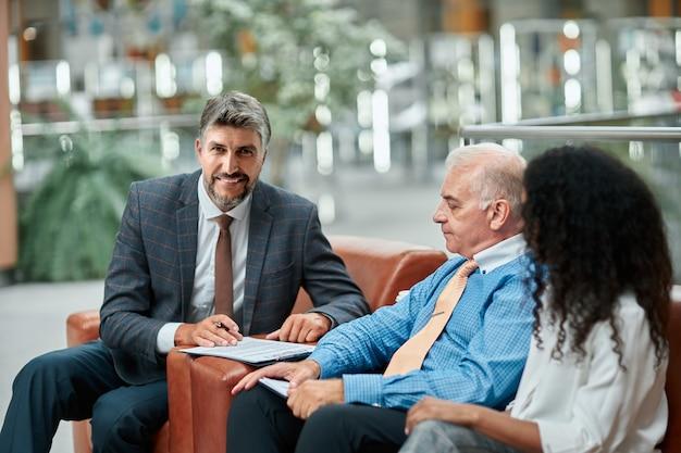Zadowolony biznesmen uścisk dłoni ze swoim partnerem biznesowym