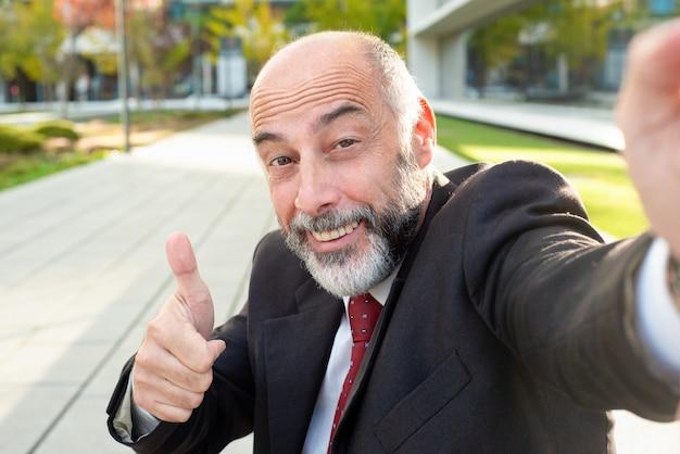 Zadowolony biznesmen uśmiecha się