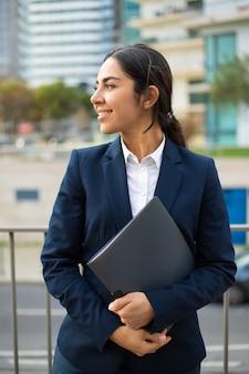 Zadowolony bizneswoman gospodarstwa folderu
