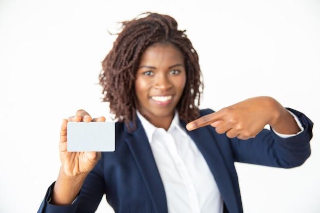 Zadowolony bizneswoman wskazuje przy kartą