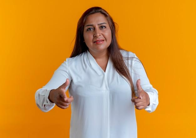Zadowolony dorywczo kaukaski kobieta w średnim wieku pokazuje gest odizolowany na żółto