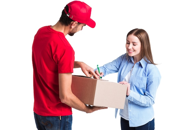 Zadowolony klient dostawy online podpisujący formularze