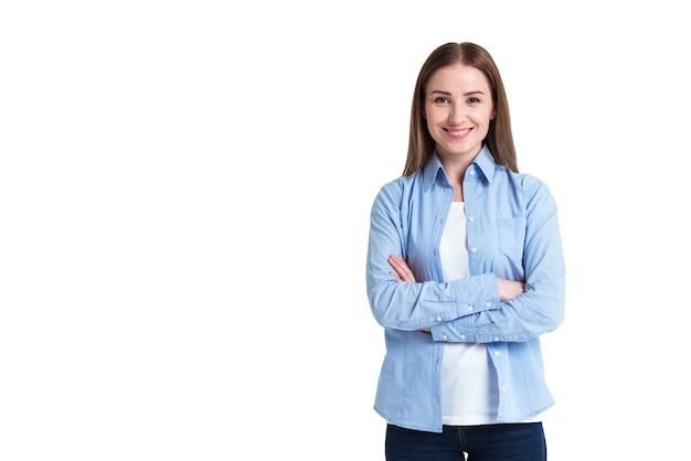 Zadowolony klient dostawy online z założonymi rękami i uśmiechem