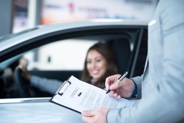 Zadowolony klient kupujący nowy samochód