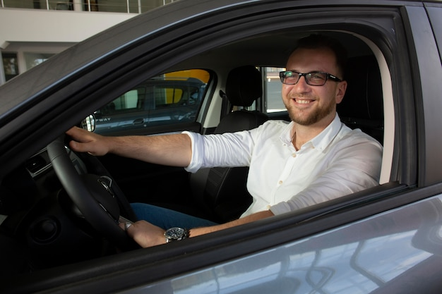 Zadowolony klient w salonie samochodowym