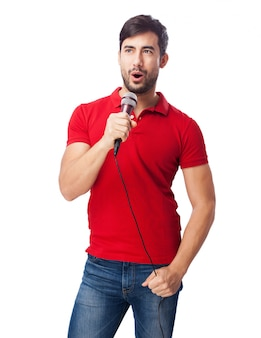 Zadowolony mężczyzna trzyma mikrofon podczas śpiewania