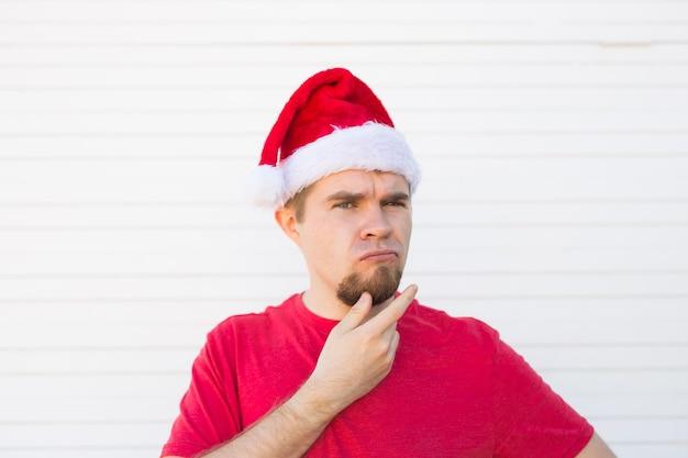 Zadowolony mikołaj w świątecznej czapce