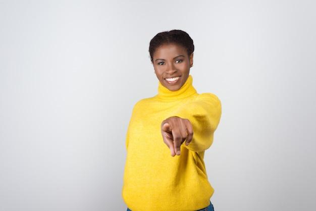 Zadowolony młoda kobieta wskazując