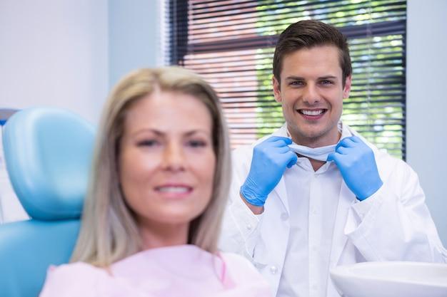 Zadowolony pacjent i dentysta w klinice stomatologicznej