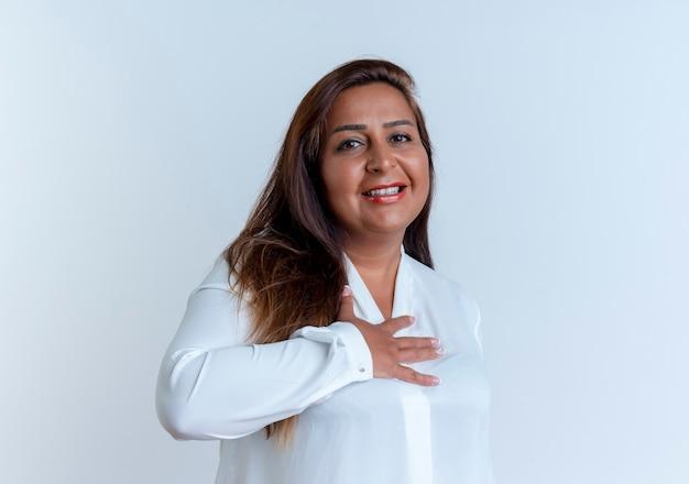 Zadowolony przypadkowy kaukaski kobieta w średnim wieku kładzie rękę na sercu