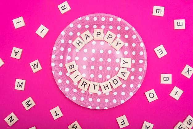 Zadowolony urodziny napis na talerzu