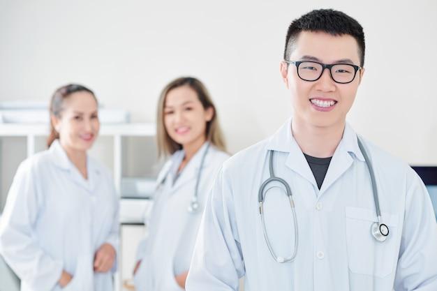 Zadowolony wietnamski lekarz ogólny