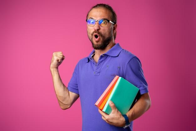 Zadowolony zabawny brodaty mężczyzna w okularach świętuje sukces