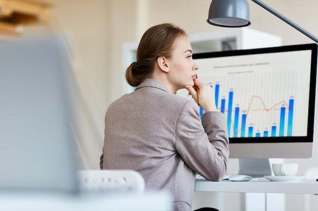 Zadumany pracownik analizujący statystyki