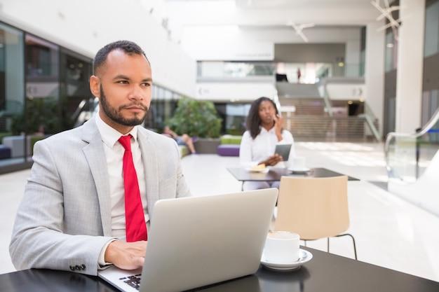 Zadumany profesjonalista biznesowy zastanawia się nad pomysłami