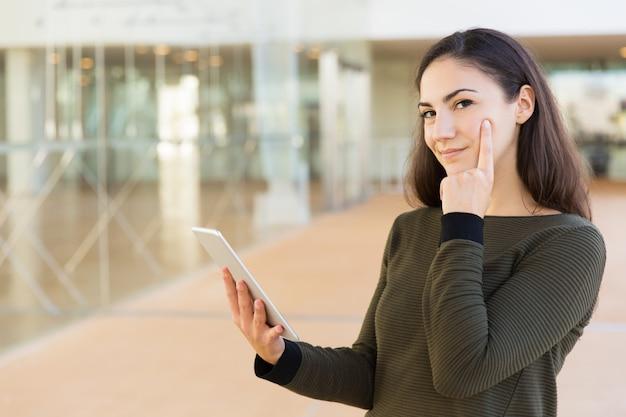 Zadumany użytkownik tabletu zastanawia się nad wiadomością