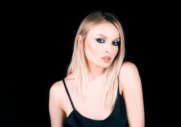 Zadymione oczy makijaż ciemne powieki. kobieta z piękną modą makijaż.