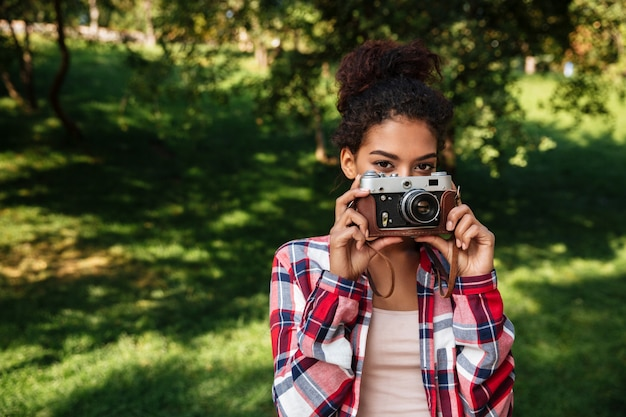 Zadziwiający młody afrykański kobieta fotograf