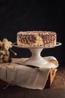 Zadziwiający rocznika czekoladowy tort na nieociosanym ciemnym tle. skopiuj miejsce. koncepcja uroczystości.