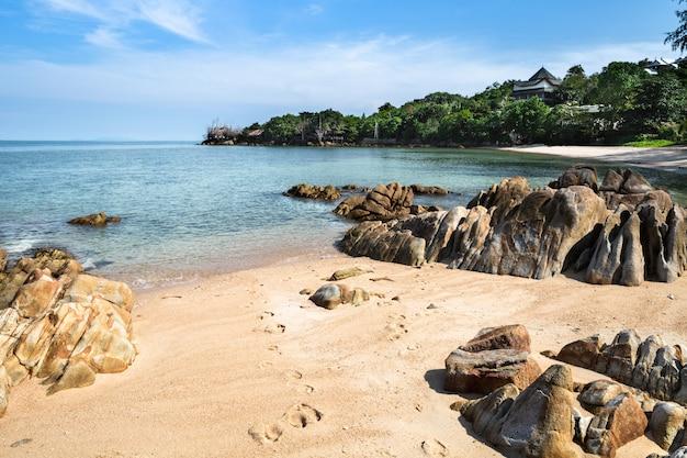Zadziwiający widok piękna tropikalna piasek plaża z skałą, czysta woda, tajlandia, phangan wyspa, sekret plaża.