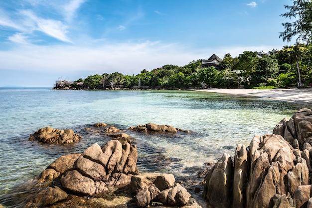Zadziwiający widok piękna tropikalna piasek plaża z skałą, jasny woda, tajlandia, phangan wyspa.