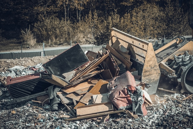 Zagęszczarka na składowisku odpadów komunalnych.