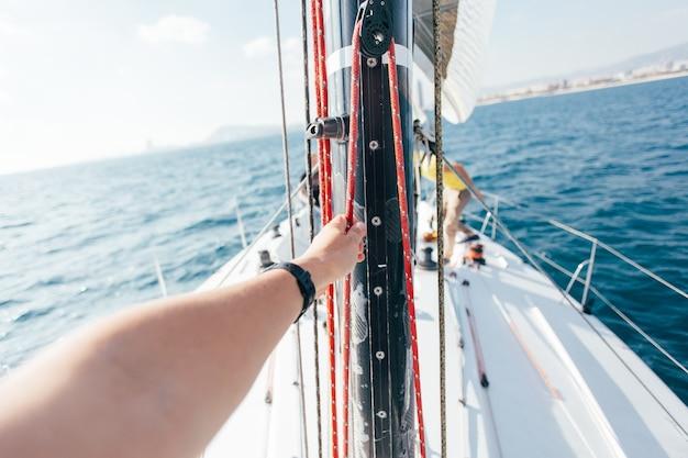 Żagiel profesjonalnego jachtu żaglowego na wietrze