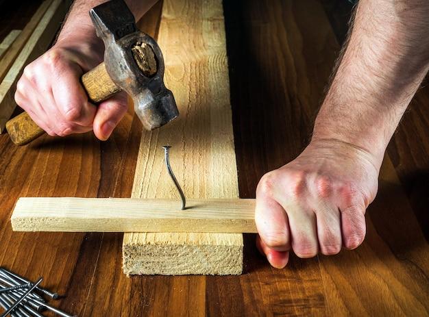 Zagięty gwóźdź w warsztacie stolarskim