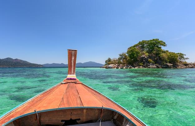 Żaglowiec drewniany z długim ogonem na szmaragdowym morzu