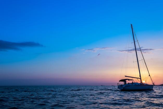 Żaglowiec na horyzoncie morskim. seascape. statek na horyzoncie morskim. jacht na morzu.