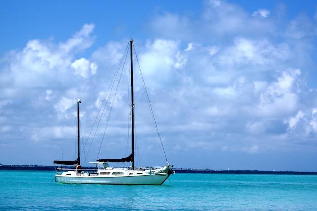 Żaglowiec na morzu w słońcu i zachmurzone niebo w ciągu dnia