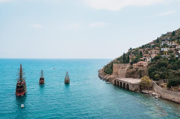 Żaglówka na morzu śródziemnomorskim