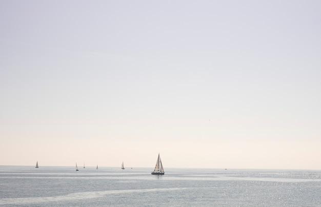Żaglówka na morzu w pogodny dzień