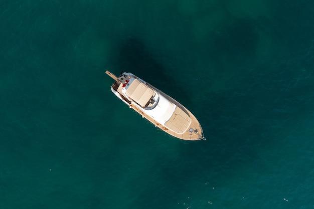 Żaglówka na morzu w wieczornym słońcu nad pięknym morzem, luksusowa letnia przygoda, aktywny wypoczynek na morzu śródziemnym, turcja