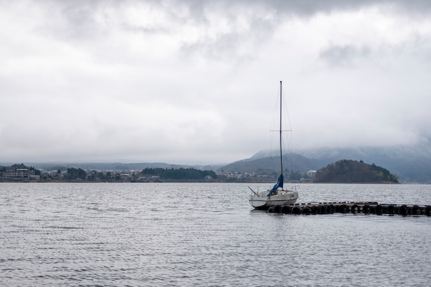 Żaglówka w jeziorze kawaguchiko, japonia