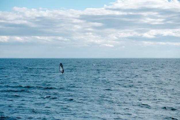 Żaglówka w morzu