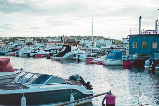 Żaglówki i jachty na molo w sztokholmie naprzeciwko centrum miasta