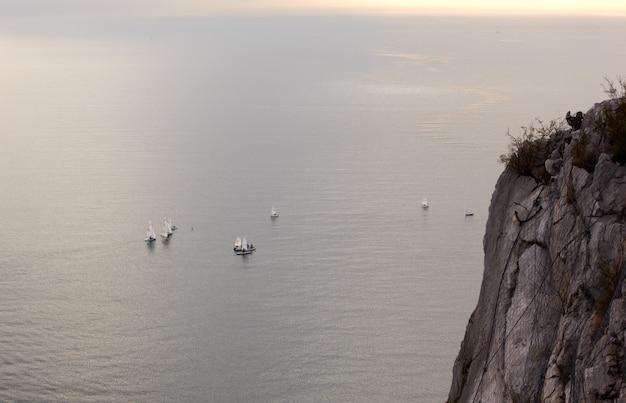 Żaglówki na morzu
