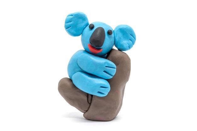 Zagraj w ciasto miś koala na białym tle. ręcznie robiona glina z plasteliny