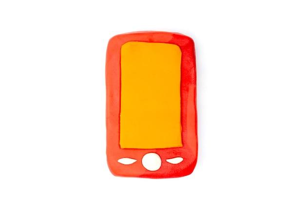 Zagraj w ciasto smartphone na białym tle. ręcznie robiona glina z plasteliny